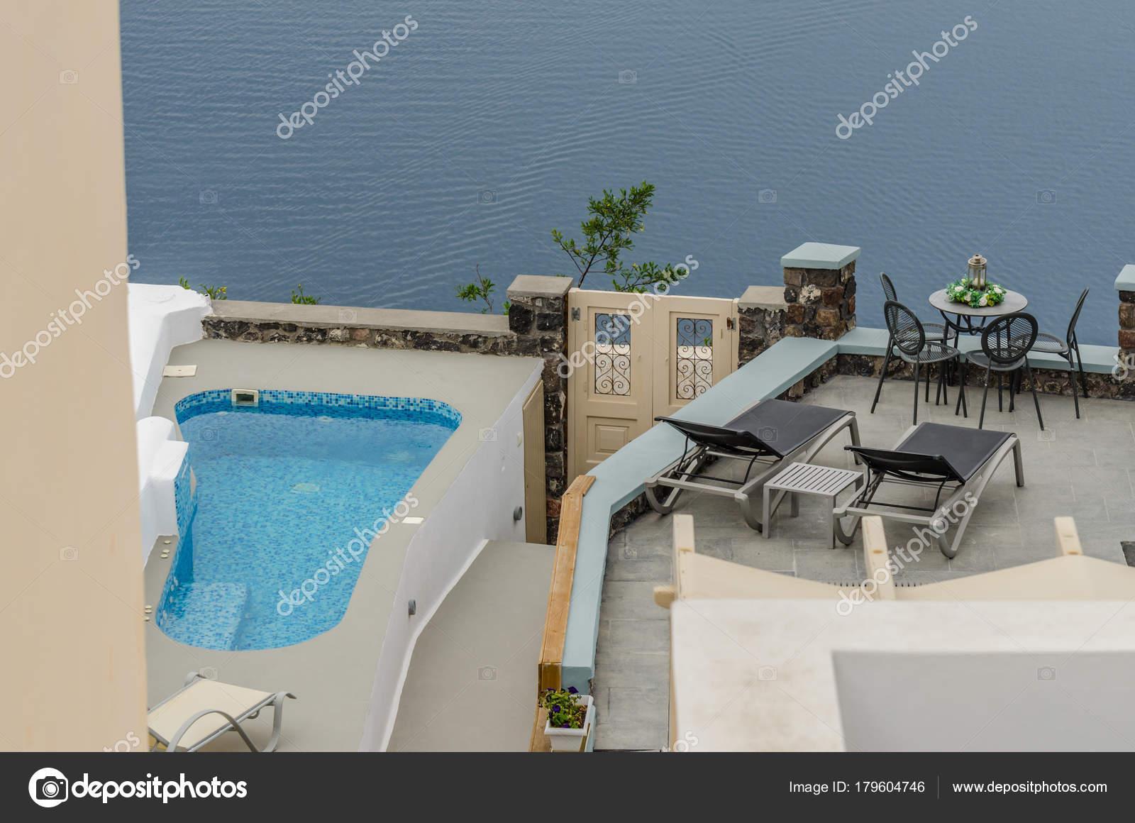 piscina sul terrazzo in Santorini — Foto Stock © thomaseder #179604746