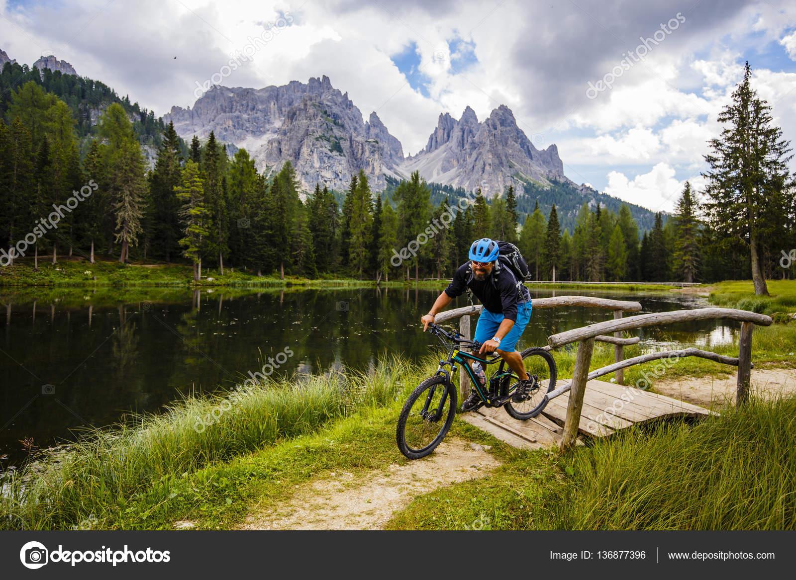 Ορεινή ποδηλασία στους Δολομίτες, Misurina, Ιταλία. Tre Cime di L ...