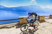 Photo Mountain biking over Lake Garda