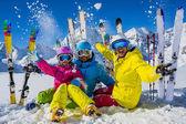 Šťastná rodina si užít zimní dovolenou v horách. Hra kon