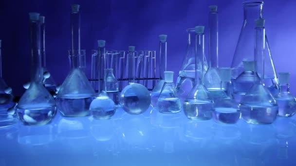 moderne Laborausrüstung, verschiedene Gläser auf blauem Hintergrund. Kugelstoßer.