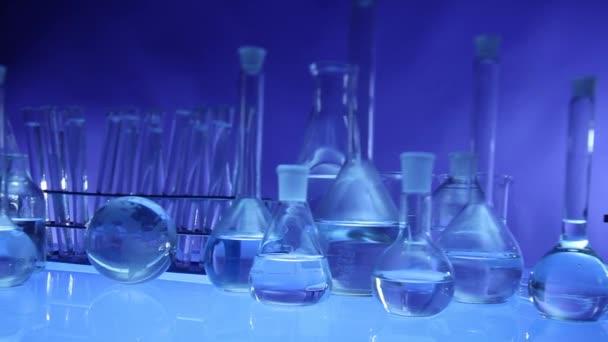Modern laboratóriumi felszerelések, különböző érkeztem meg kék háttérrel. Dolly lövés.