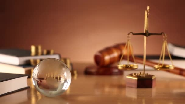 Tema di diritto e della giustizia. Simboli di legge - dolly shot