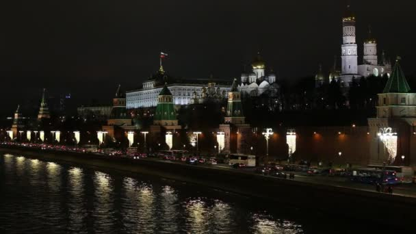 Moskva, Rusko - leden, 2018: nový rok, nábřeží řeky Moskvy. Mnoho aut, lidé jdou podél Kreml