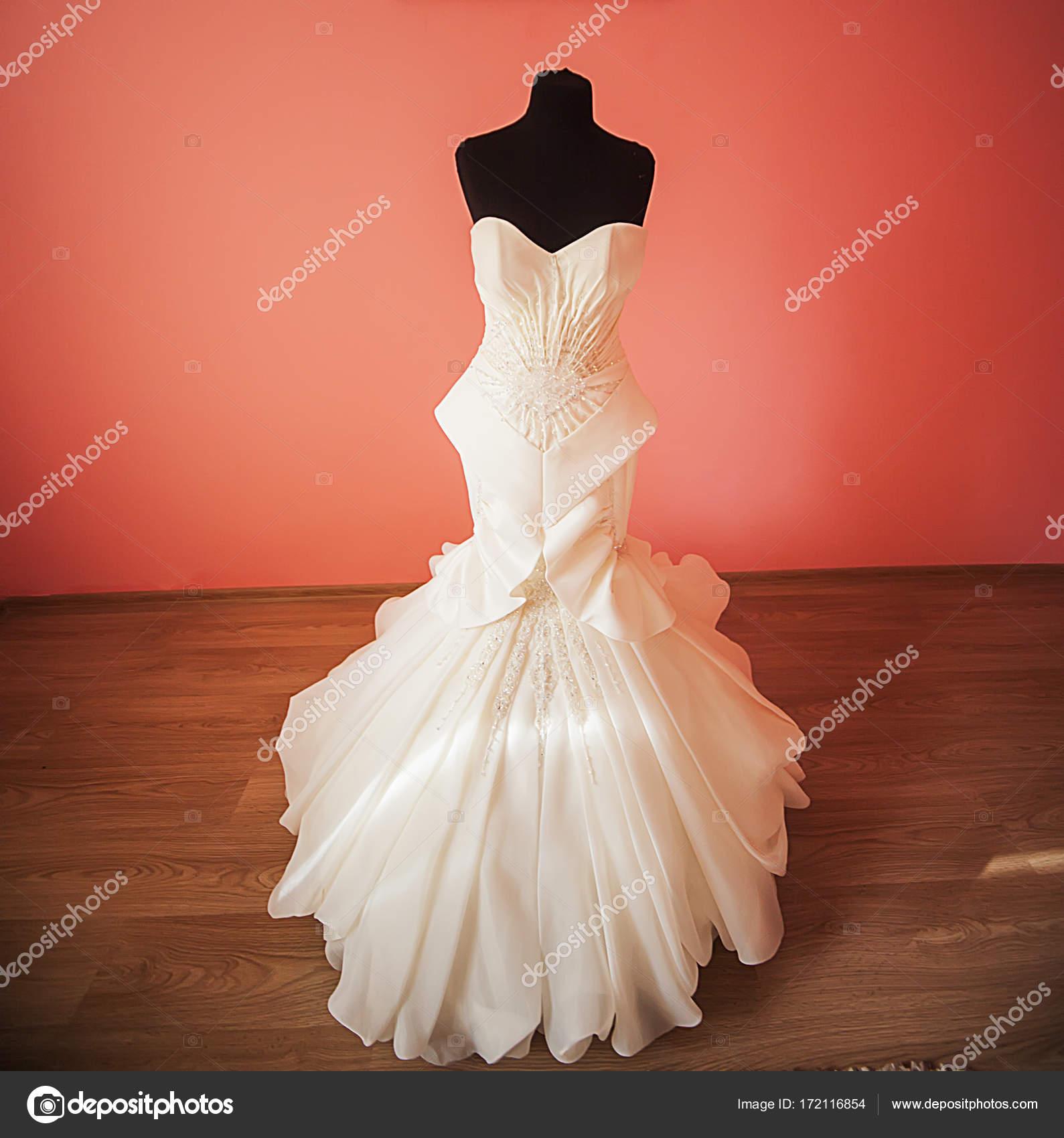Brautkleid hängen eine Schaufensterpuppe in einem Zimmer der Braut ...