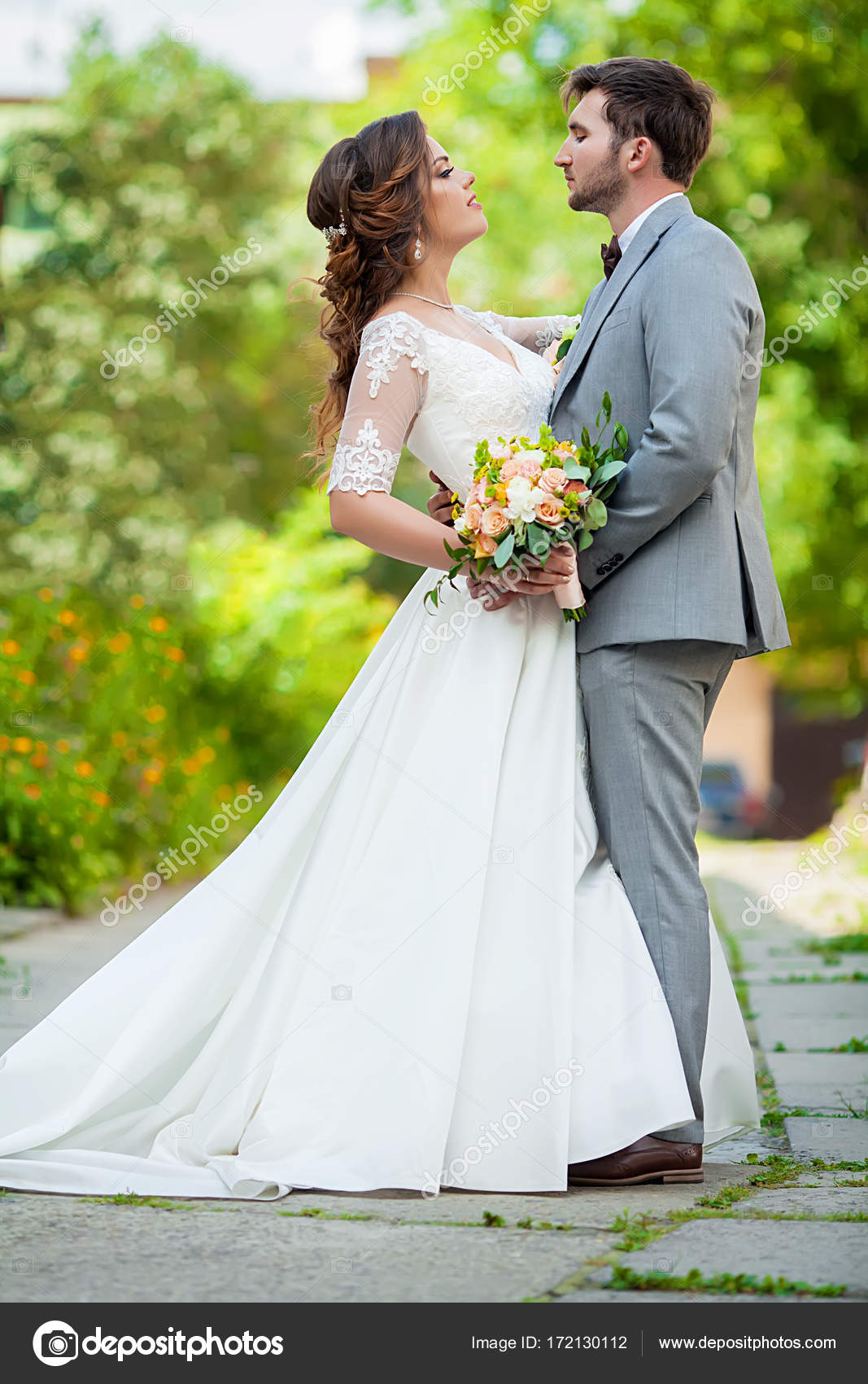Hochzeitspaar. Schöne Braut und Bräutigam. Gerade geheiratet ...