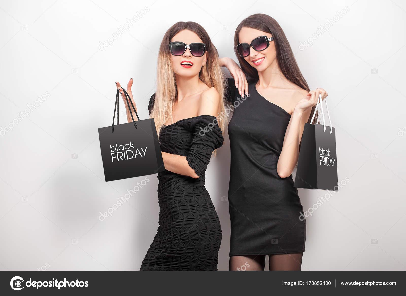 Frauen in schwarzer kleidung