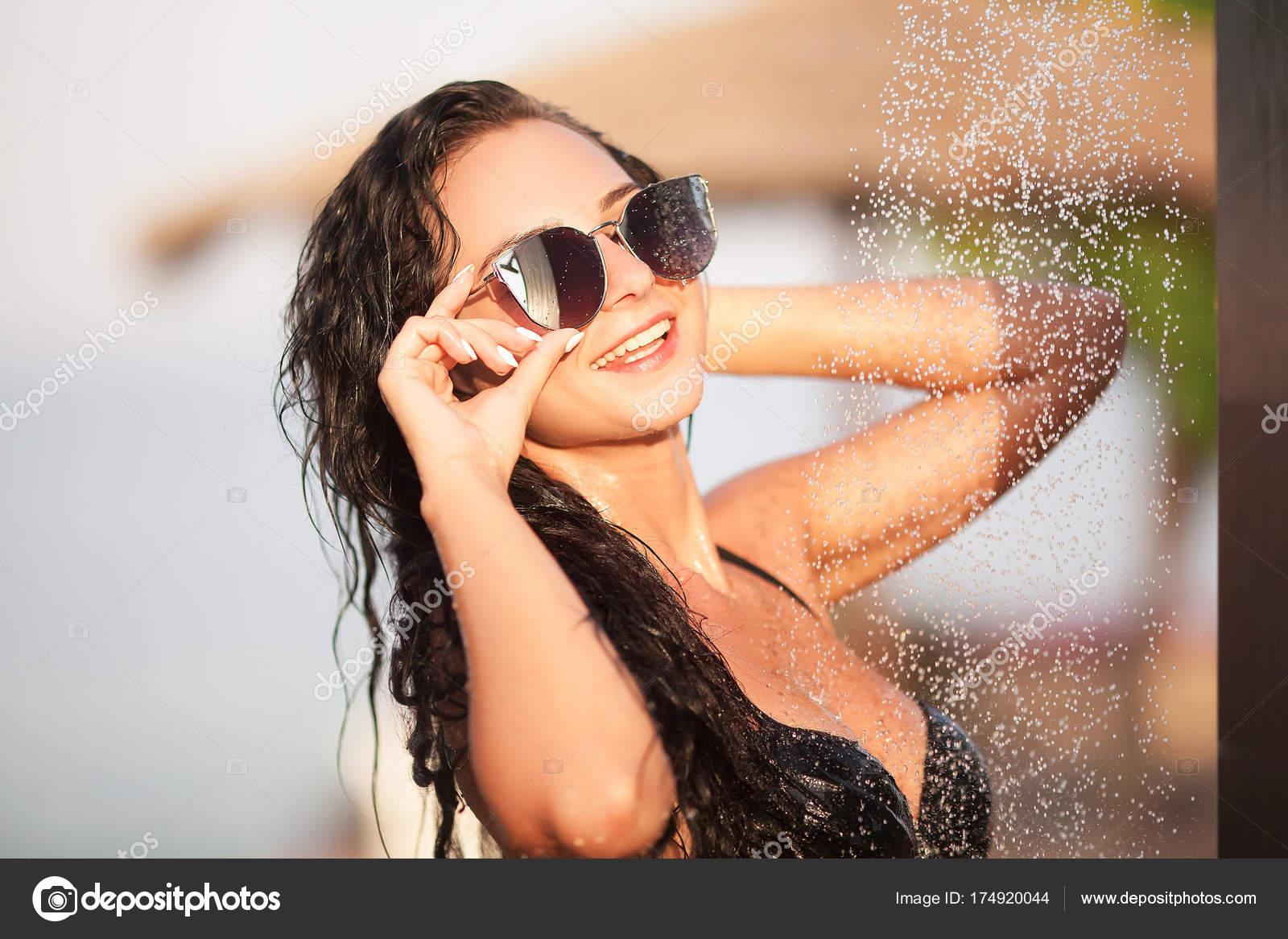 Zwembroek L.Een Jonge Sexy Vrouw Dragen Zwarte Zwembroek Douchen Buiten Bij L