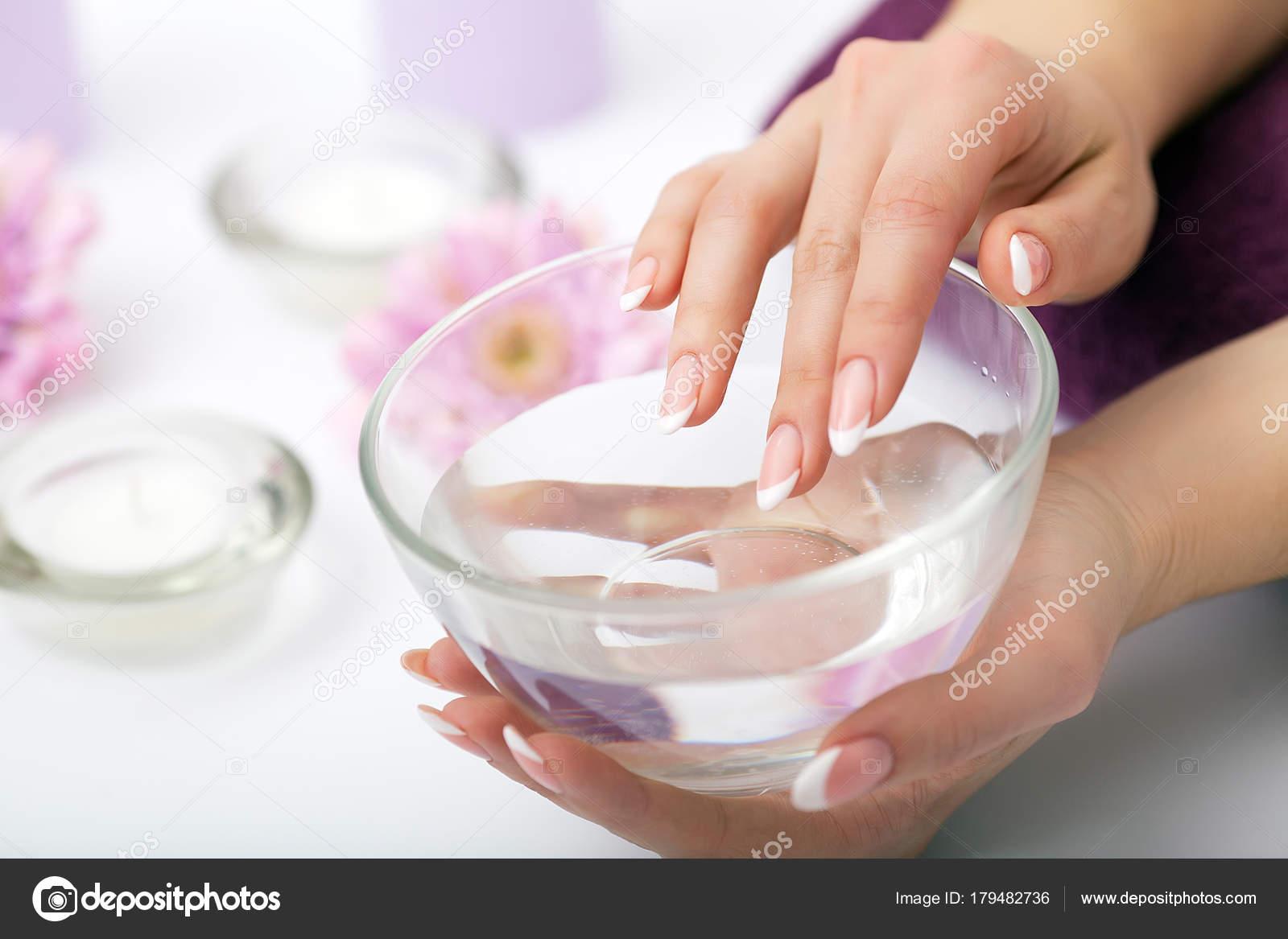 Nagelpflege. Nahaufnahme der schönen Frau Hände zeigen perfekte ...