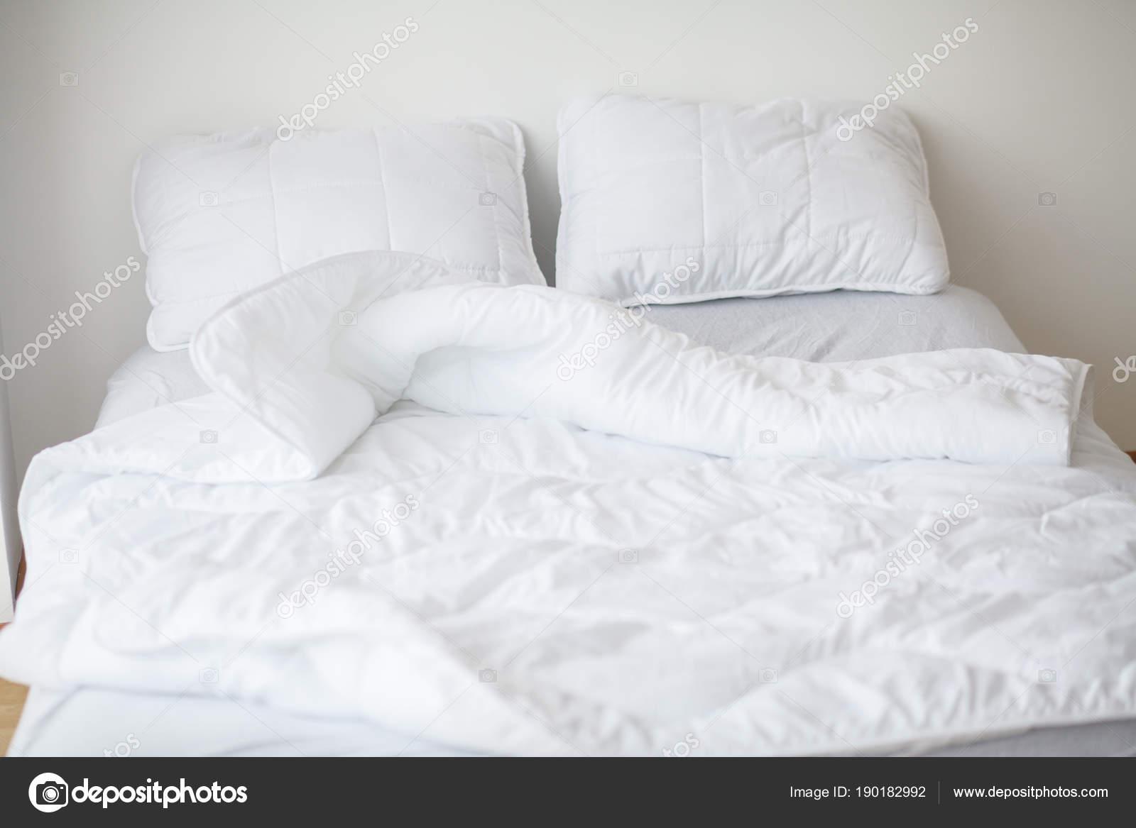 Camera Da Letto Bianca : Interno minimalista della camera da letto bianca u foto stock