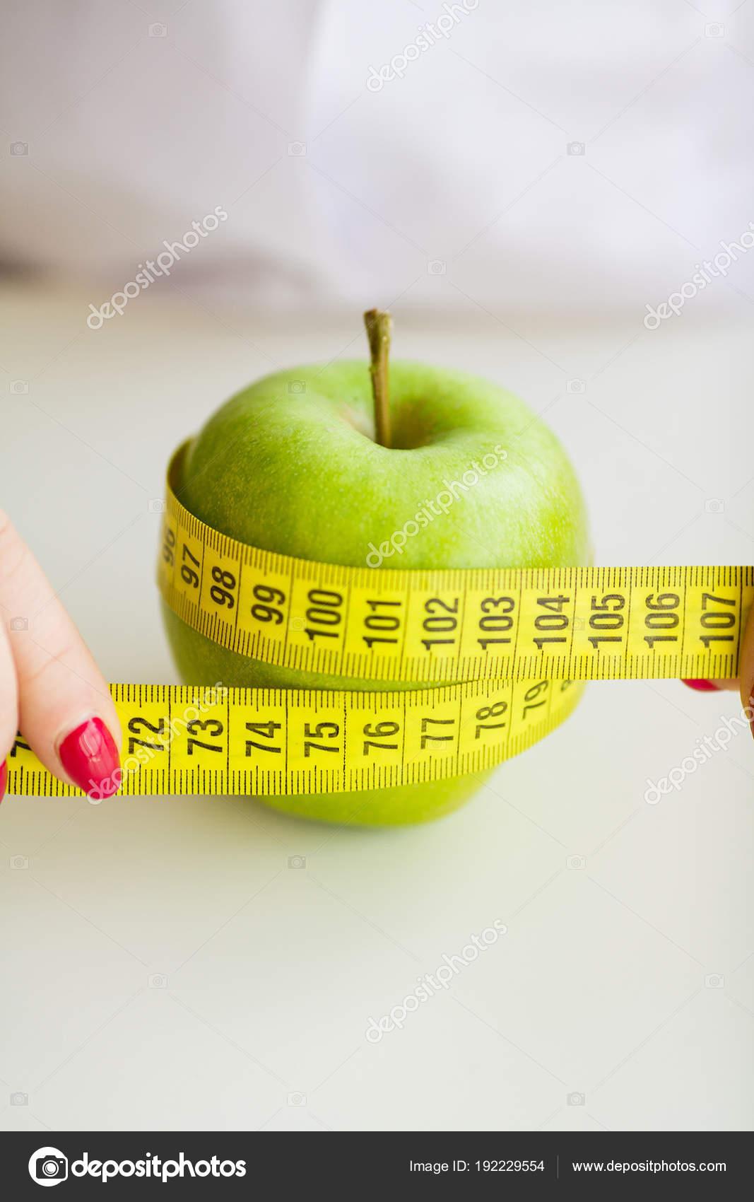 Красные и зеленые яблоки концепция диета — стоковое фото.