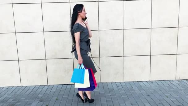 Žena drží barevné tašky v blízkosti svého shooping centra v černé pátek dovolená