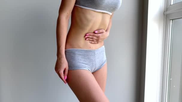 Menstruationsschmerzen. Frauenkörper, der Bauchschmerzen spürt. Krankheitskrampf im Körper.