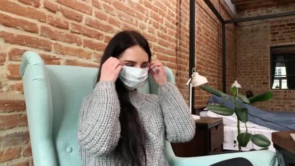 Žena zůstat doma během epidemie a pracuje na notebooku.