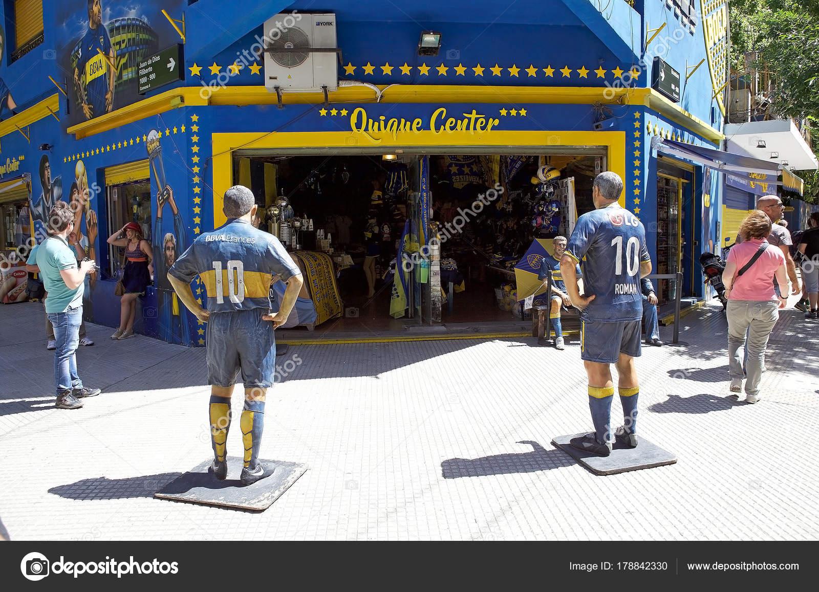 a83f507c3d5c9 Tienda frente al estadio La Bombonera en La Boca en Buenos Aires