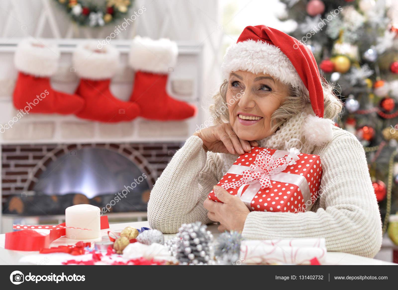 Ältere Frau mit Geschenk — Stockfoto © aletia #131402732