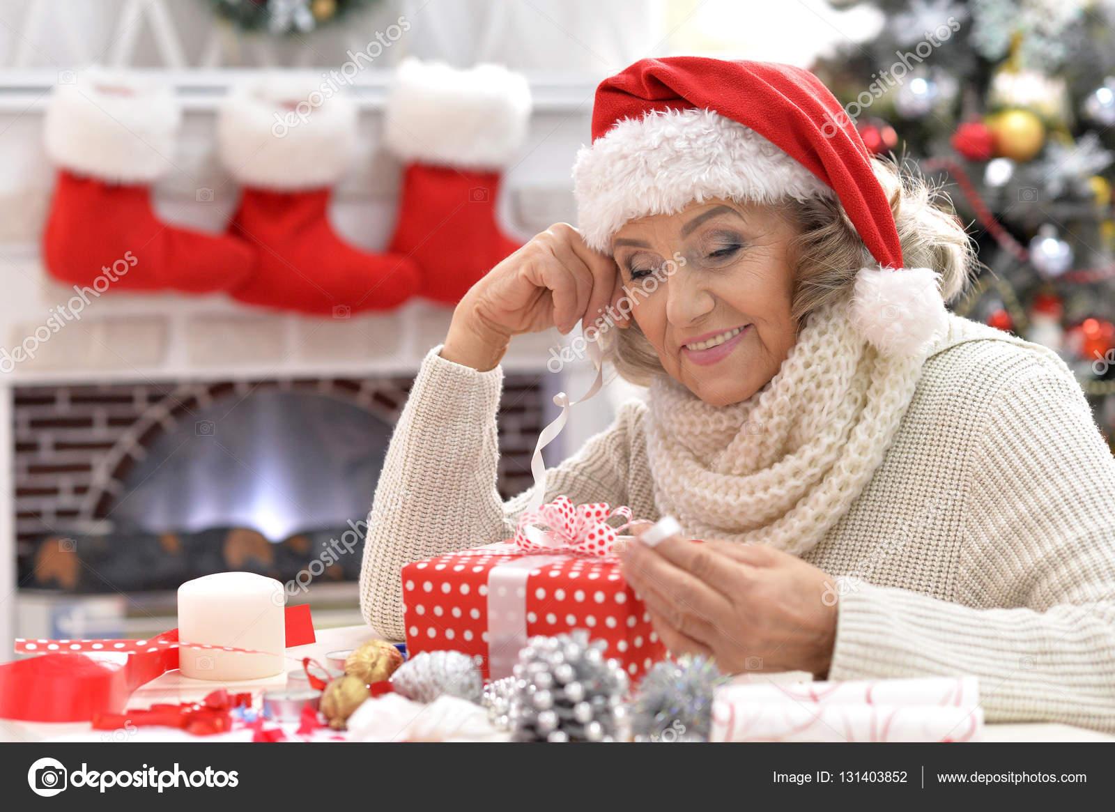 Ältere Frau mit Geschenk — Stockfoto © aletia #131403852
