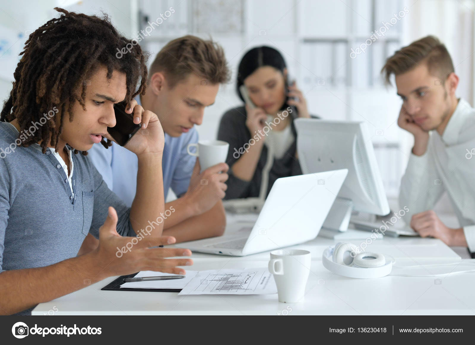 Junge Menschen Kollegen Im Buro Stockfoto C Aletia 136230418