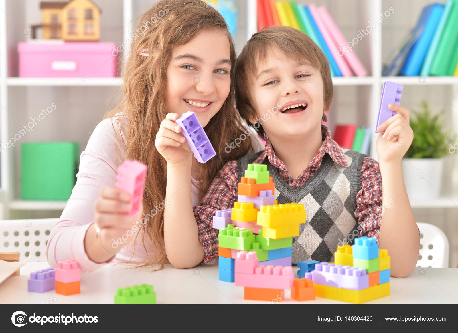Boy and girl playing lego game — Stock Photo