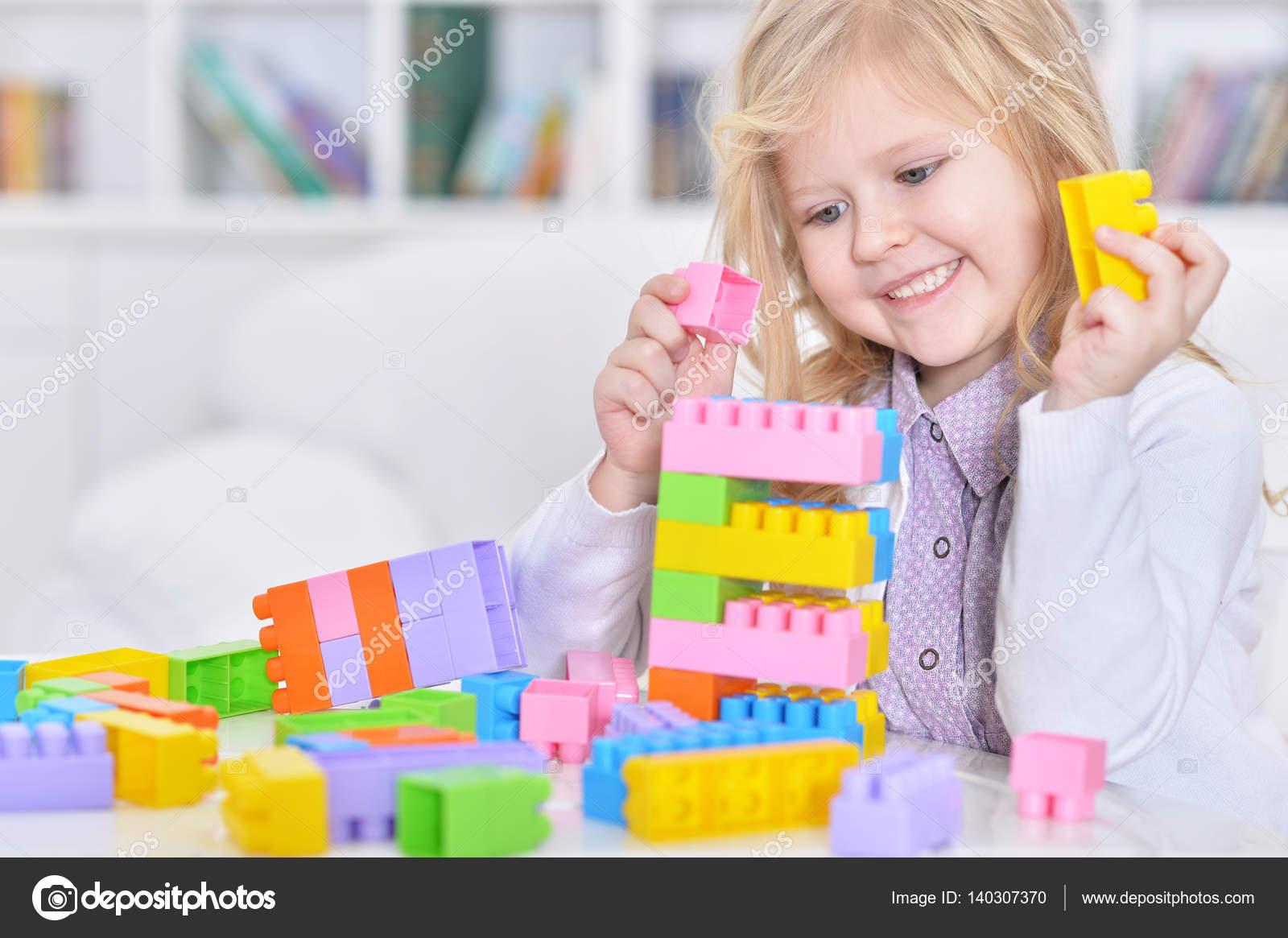 Girl playing lego game — Stock Photo