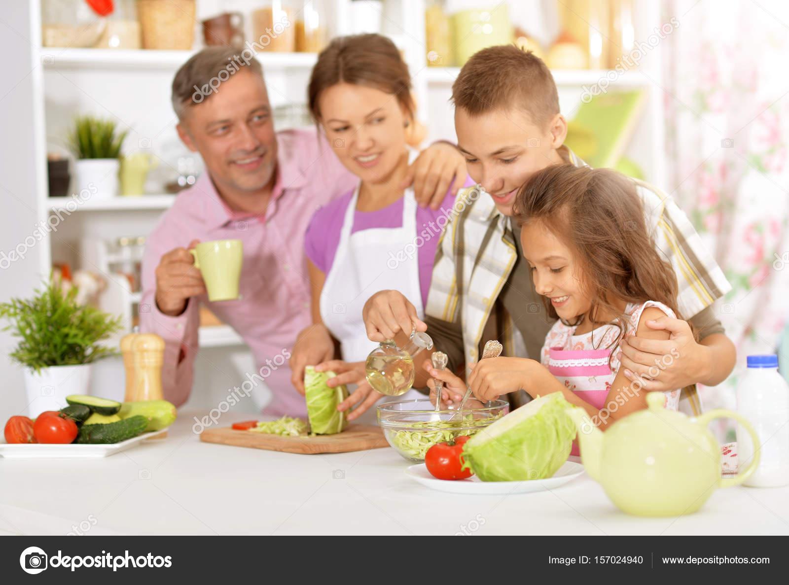 Familia cocina ensalada fotos de stock aletia 157024940 for Canal cocina cocina de familia