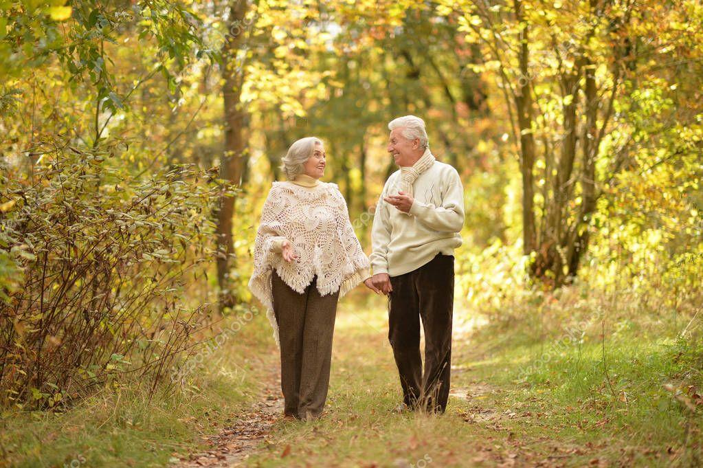 фото пожилые пары гуляют увидел