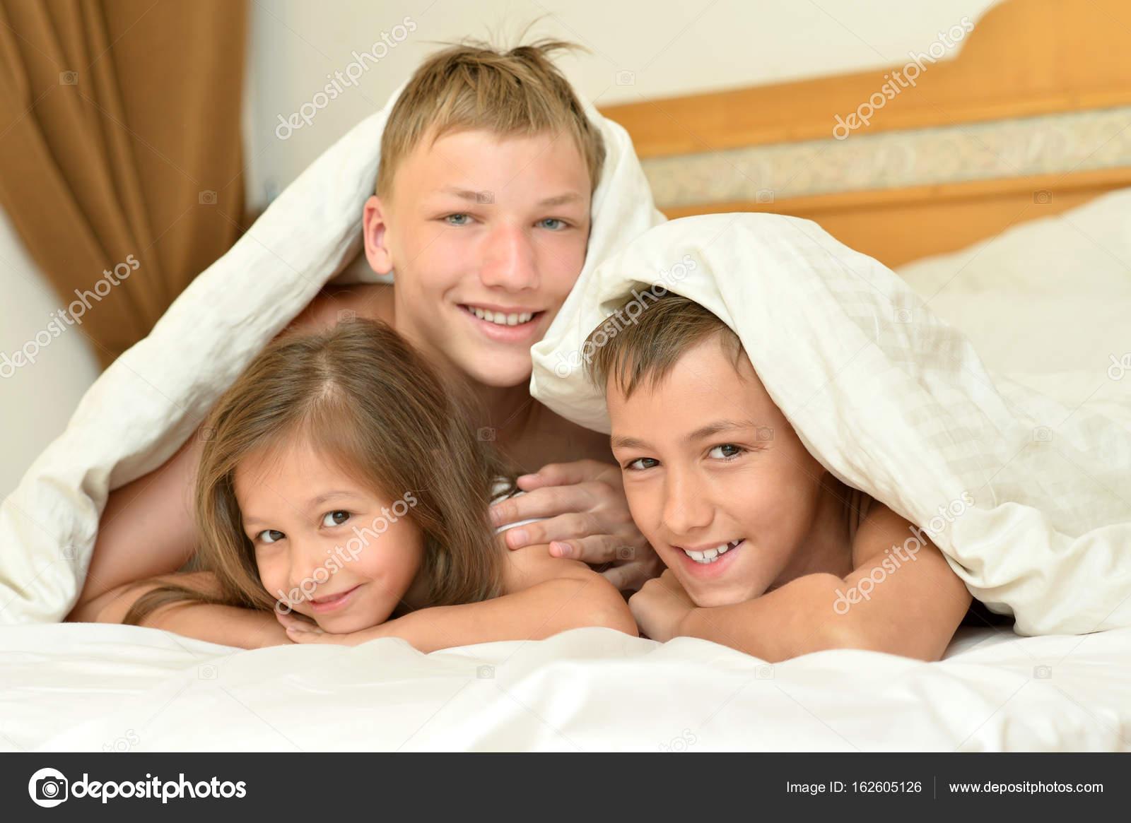 Стянул одеяло с сестры, Сводный брат забрался в постель к спящей сестре 15 фотография