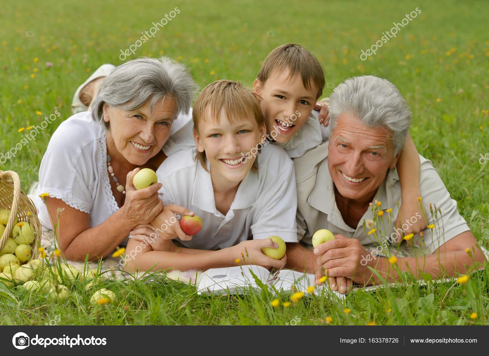 6cdc4e08899 Παππούδες και γιαγιάδες με τα παιδιά στο πάρκο — Φωτογραφία Αρχείου ...