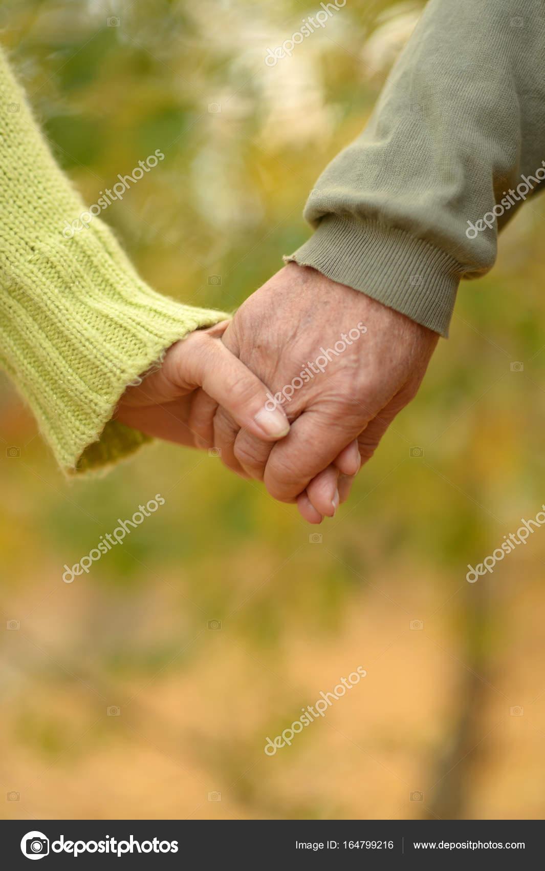 Ancianos Tomados De La Mano Pareja De Ancianos Cogidos De La Mano