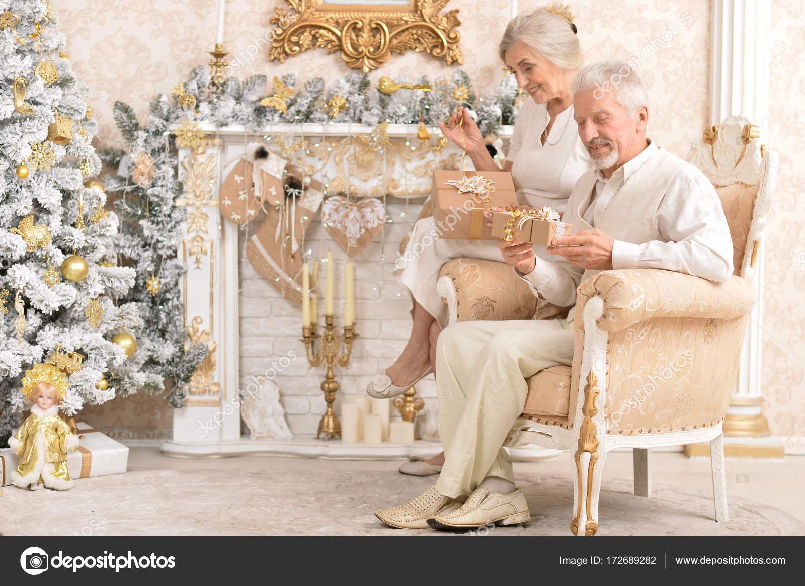 altes Ehepaar mit Weihnachtsgeschenke — Stockfoto © aletia #172689282