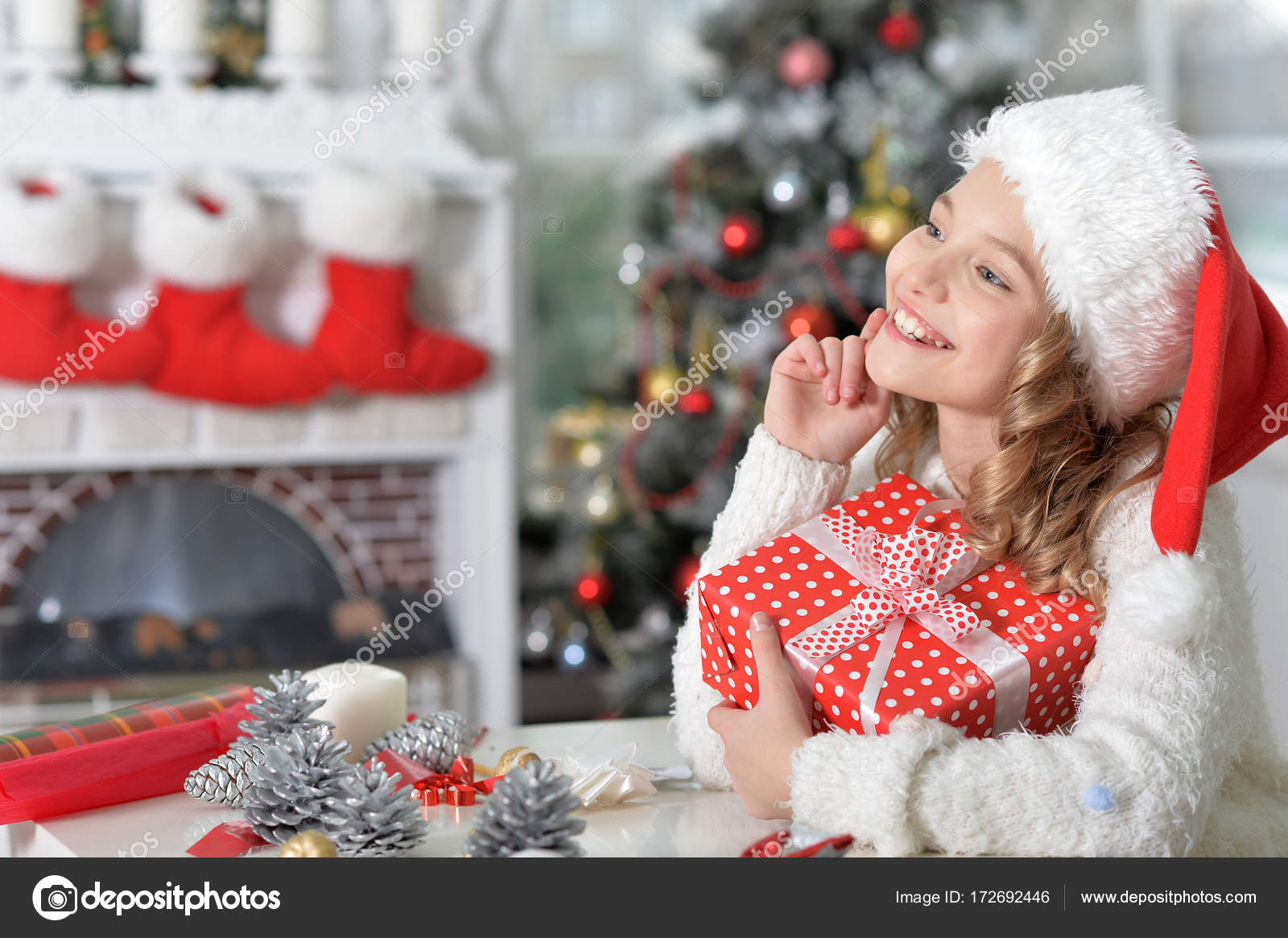 Mädchen mit Weihnachtsgeschenk — Stockfoto © aletia #172692446