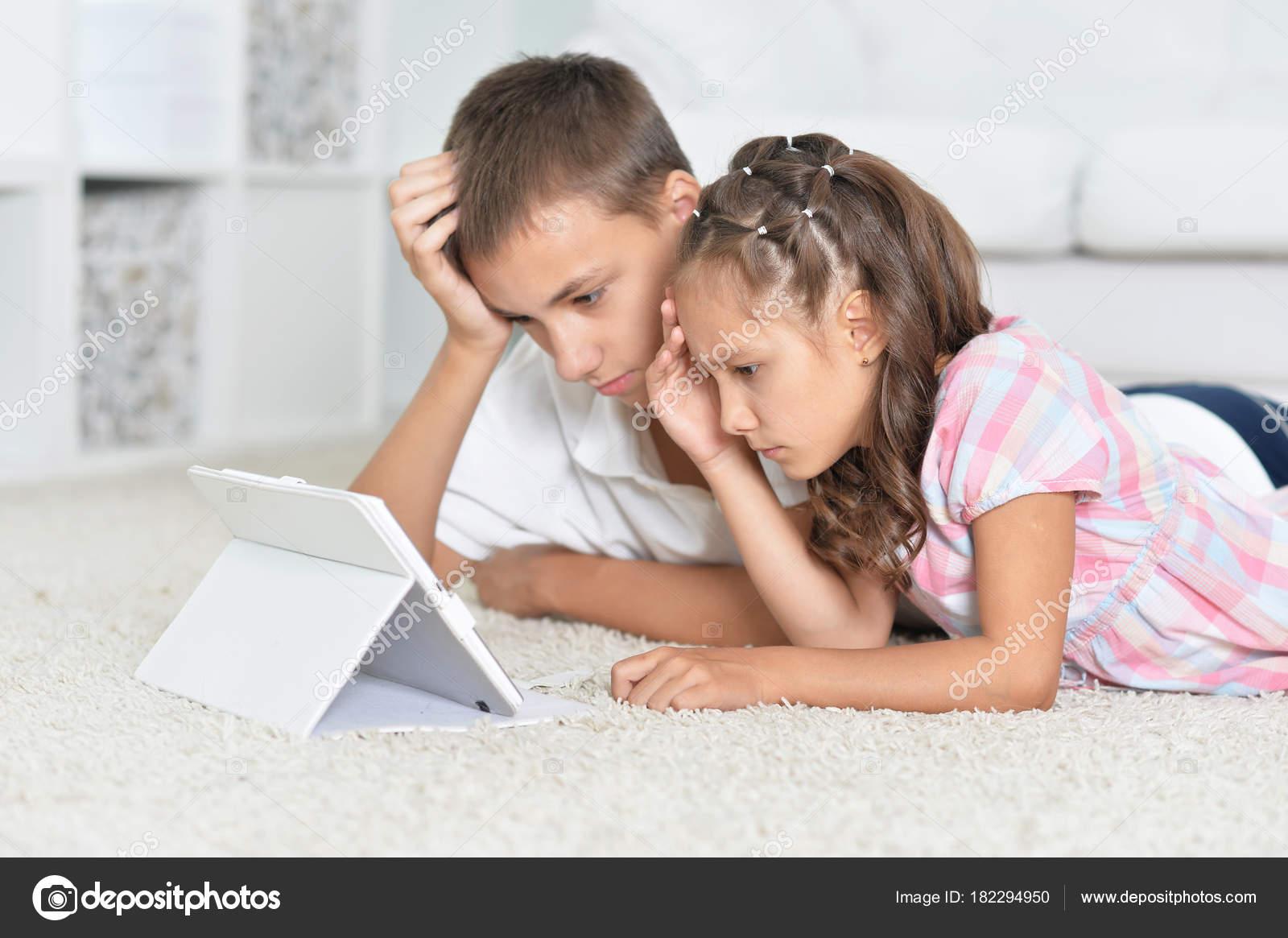 Смотреть порно учатся сексу брат с сестрой, У брата и сестры одна комната на двоих - видео ролик 15 фотография