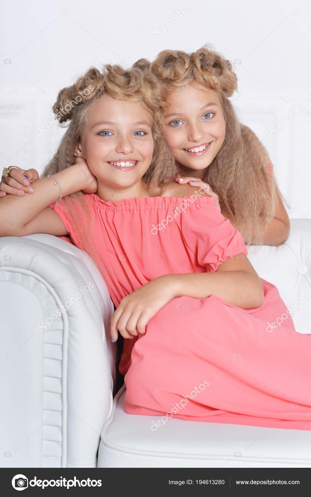 Dos Hermanas Gemelas Adorables Hermosos Vestidos Rosa Con Peinados ...