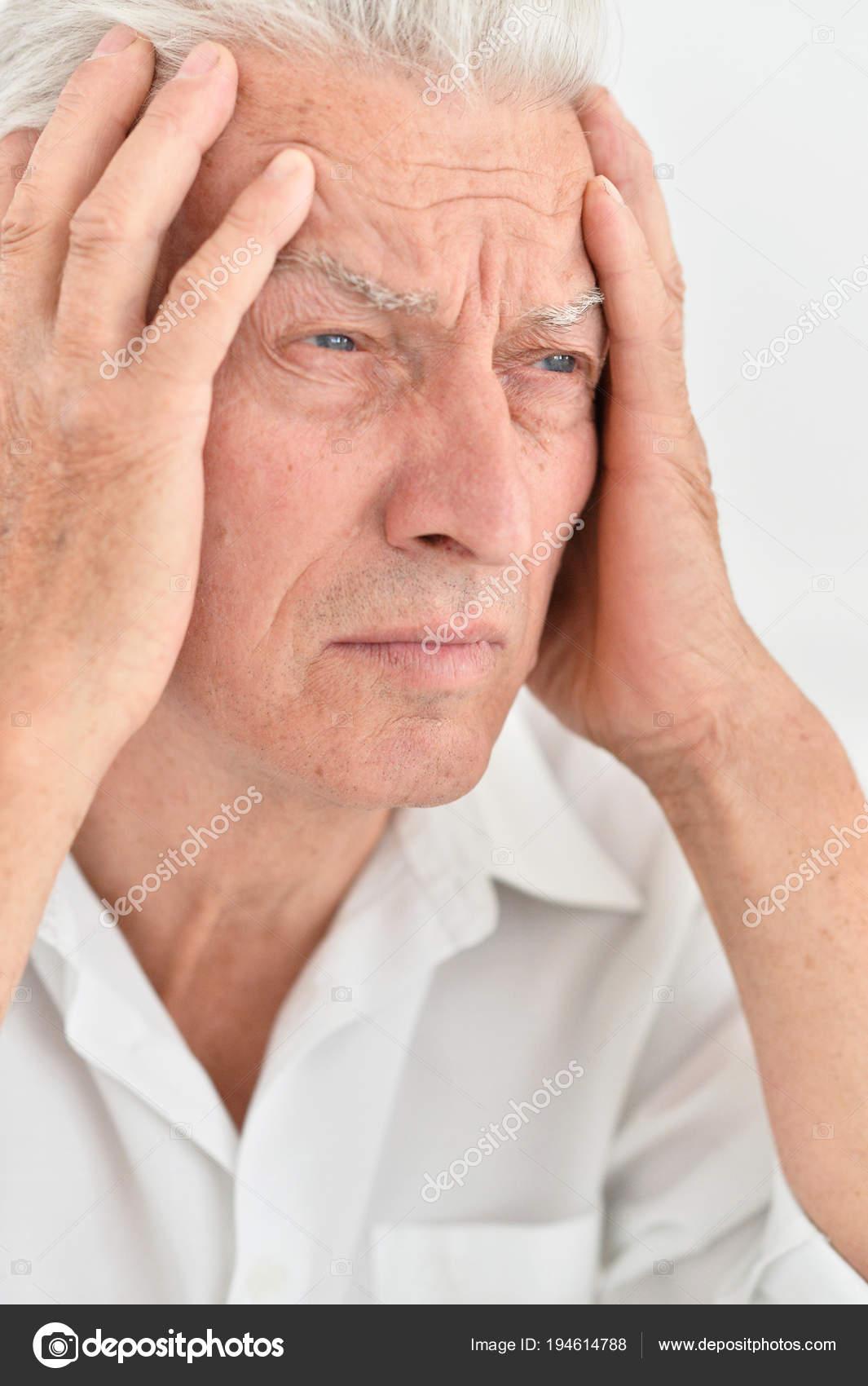 Senior Homme Avec Céphalées Main Dans Main Sur Tête — Photographie ...