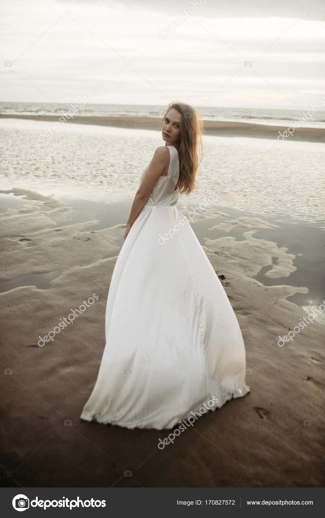 1a931337ae8d ragazza in vestito bianco nel mare — Foto Stock © KatyaZork  170827572