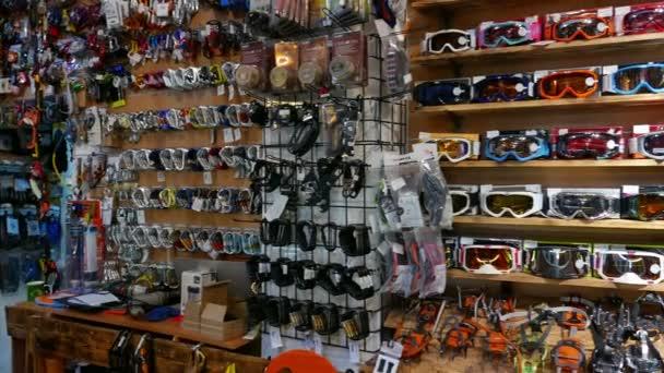 0af1611a47 Interior da loja de roupas esportivas ao ar livre e equipamentos. Panorama  4K 3840 x 2160– gráficos de vetor