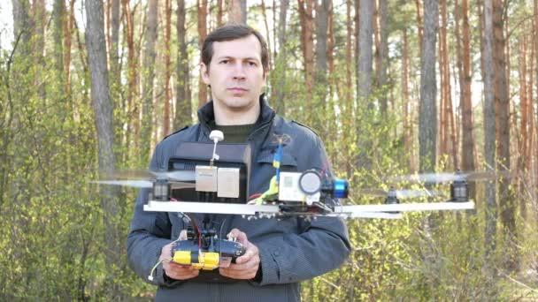 Muž dron operátor obsluhovat helikoptéra s kamerou. 4k 3840 x 2160