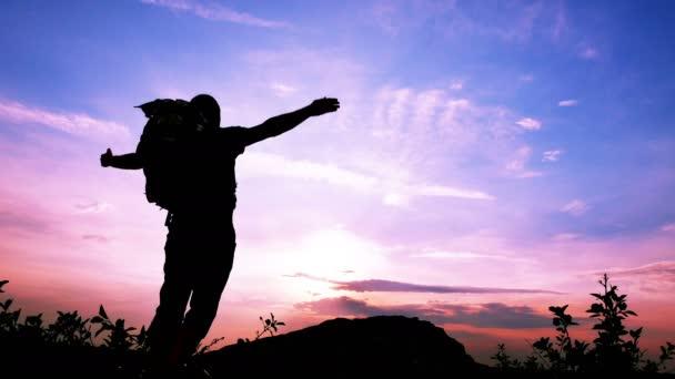 Siluetta di meditazione turista delluomo con le mani sollevate al tempo di alba. 4K: 3840 x 2160