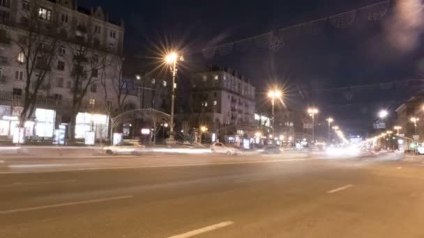 abstrakte Feuer von Scheinwerfern von Autos auf der nächtlichen Straße der Stadt. 4k (4096x2304)