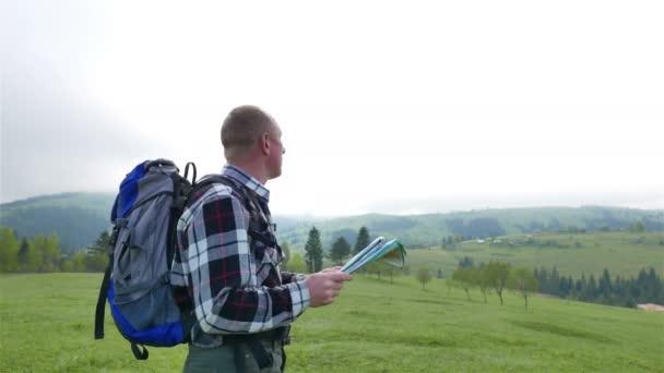 uomo adulto di 4 k in montagne con mappa topografica. Team di turisti zaino in spalla