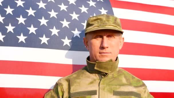Katona salute elleni amerikai zászló. Arc közelről. 4k lövés 3840 x 2160