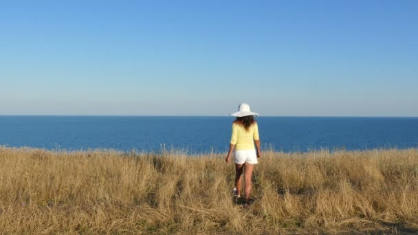 4 k. žena vyjadřuje emoce v létě, zvedání rukou proti moři