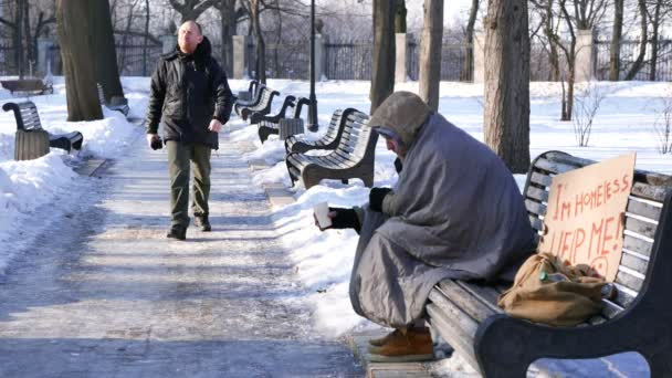 4k.Symbol der Armut. Almosen für obdachlose Bettler. Mann verdient ein paar Cent.