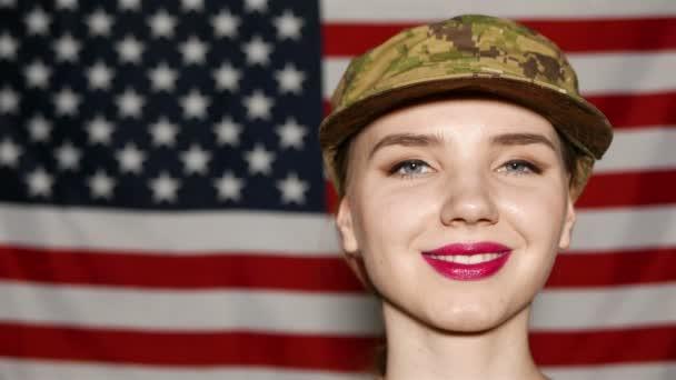 4k. Arc közelről fiatal lány katona előttünk zászló