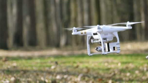 Zpomalený pohyb. Nízké létající DRONY změní směr fotoaparát