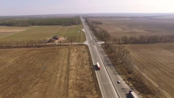 4k letecké. Silnice s auty. Pohled shora z nákladního automobilu na silnici. Pohyb kamery