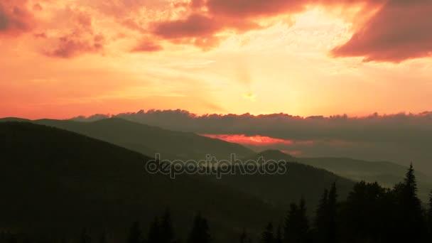 Charakter hor, kopců s mraky, Timelapse západ slunce