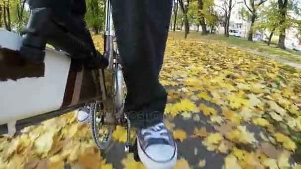 Muž pedály kolo na podzimní městský park. Bod pohledu fotoaparát natáčení