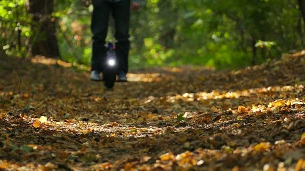 Zpomalený pohyb. Mono kolo v lese s lampou, moderní elektrické transportní tým
