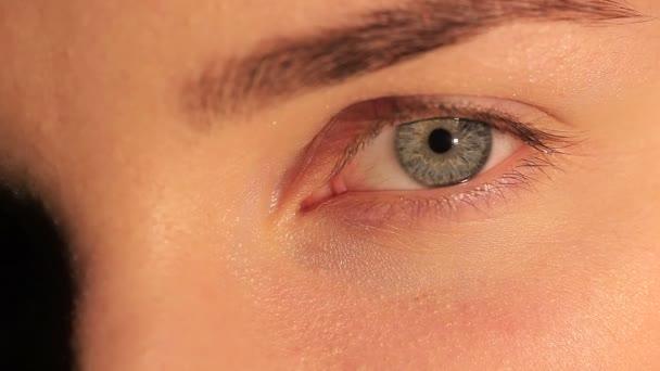 natürliches weibliches Auge mit Pupille und Wimpern. Makro-Studioaufnahme